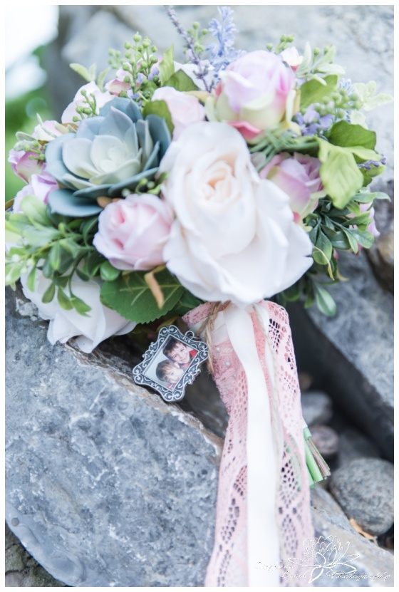 Gatineau-Golf-Club-Wedding-Stephanie-Beach-Photography-bouquet-charm